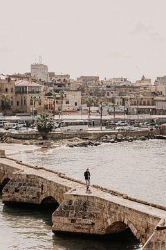 Man wandelt naar Sidon Sea Castle in Libanon van Moniek Kuipers
