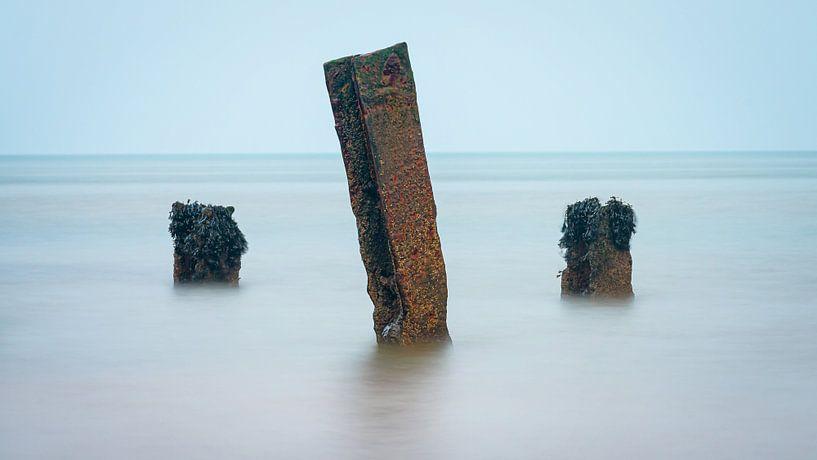 Paaltjes in de Noordzee @ Helgoland van Martijn van Dellen