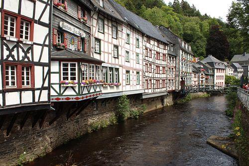 Rivier in Monschau met kleurige vakwerkhuizen van