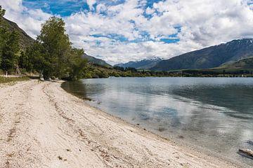 Strand bij Lake Wanaka in Nieuw-Zeeland van Linda Schouw