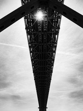 Abstract beeld,   zon schijnt door brug zwart wit van Monique Tekstra-van Lochem