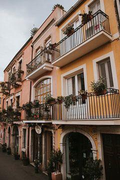 De kleurrijke straten van Taormina in Sicilië Italië van Manon Visser