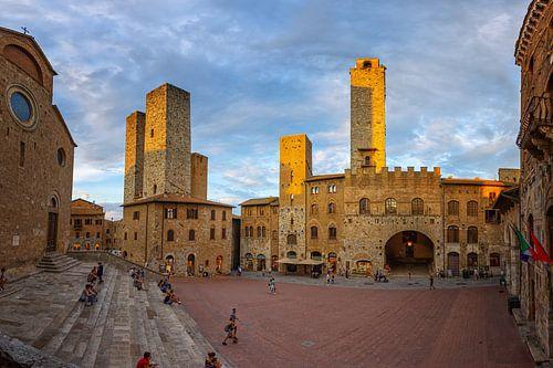 Tours de San Gimignano au coucher du soleil