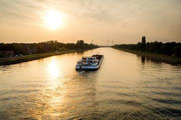 Boot auf dem Kanal bei Sonnenuntergang von Johan Vanbockryck