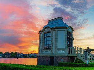 De Zaanse Schans bij zonsondergang. van