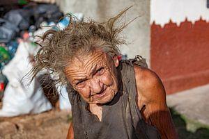 Oude vrouw met ogen die door je heen kijken van 2BHAPPY4EVER.com photography & digital art