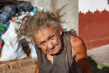 Une vieille femme avec des yeux qui vous transpercent