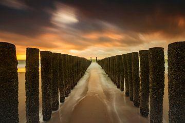 Holländische Wolken und typische Wellenbrecher von Holzpfählen entlang der Küste von Zeeland von gaps photography