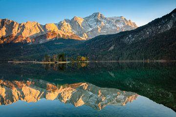 Wettersteingebirge spiegelt sich im Eibsee, Bayern von Markus Lange