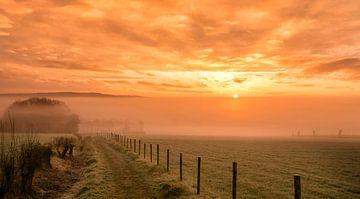 Mistige zonsopkomst in de buurt van Epen in Zuid-Limburg van John Kreukniet