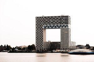 Appartementengebouw Pontsteiger in Amsterdam in avondlicht