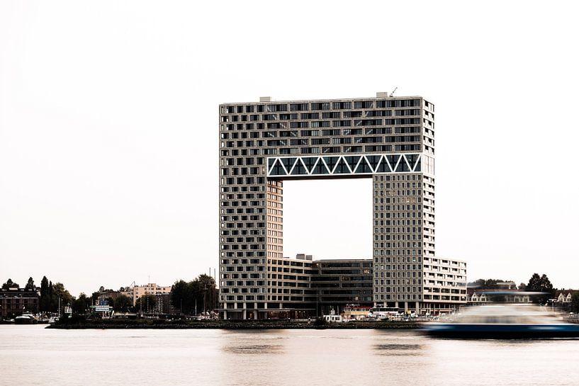 Appartementengebouw Pontsteiger in Amsterdam in avondlicht van Wim Stolwerk
