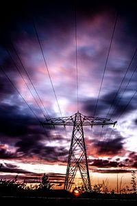 Elektriciteitsmast, Wolken, lange sluitertijd. van