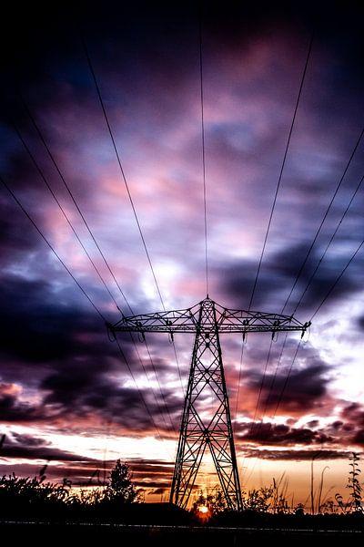 Elektriciteitsmast, Wolken, lange sluitertijd. van Frank Slaghuis