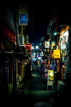 Gasse mit Bars in Shinjuku von Mickéle Godderis