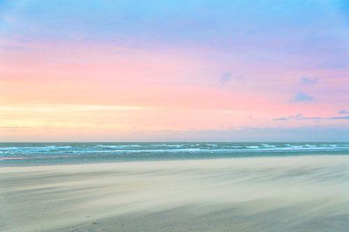 Zandstorm op het strand tijdens zonsondergang