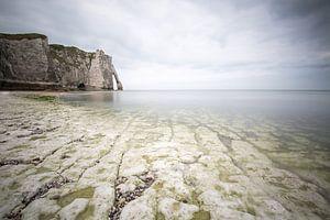 Krijtrotsen, zee en wolken bij Etretat Normandië