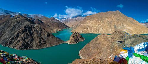 Panorama van het turquoise Yamdrok meer, Tibet