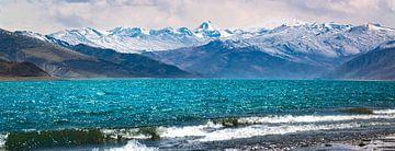 Mountain Lake in Nagarze County, Lhoka, Tibet. Panorama von Rietje Bulthuis