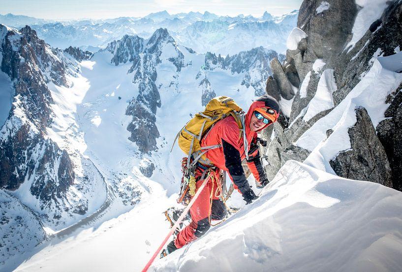 Klimmer op top graat van Aiguille du Jardin, Chamonix van Ruben Dario