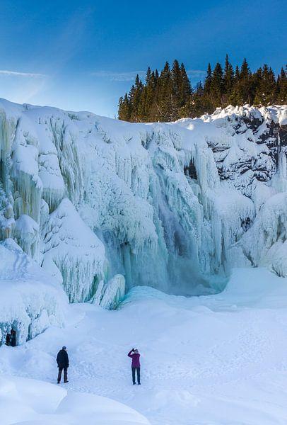 Een bevroren waterval in het noorden van Zweden.