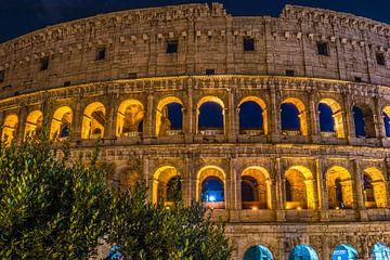 Roman Coliseum und seine unverwechselbare leuchtende Schönheit nachts in Rom - Italien von Castro Sanderson