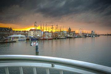 Intense zonsondergang boven de middeleeuwse stad Kampen van Fotografiecor .nl