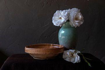 Stilleven met witte rozen in groene vaas van Affectfotografie