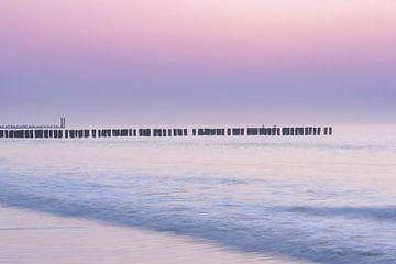 Purple haze na zonsondergang bij Domburg aan zee van Dave Zuuring