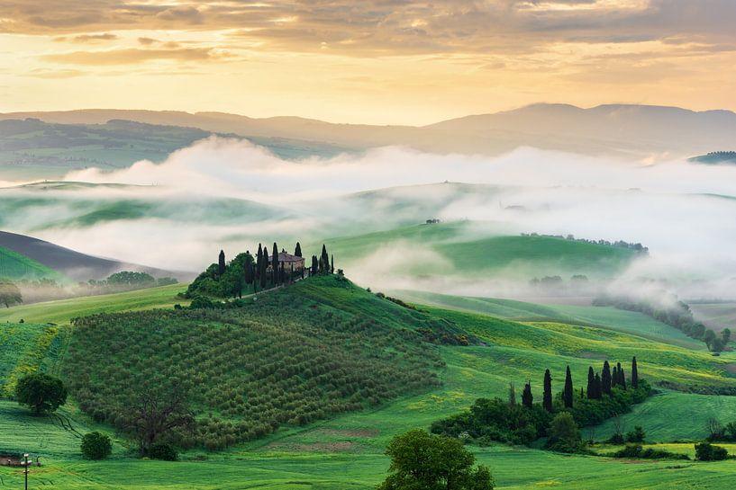 Morning mist in Tuscany van Michael Valjak