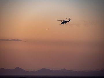 AH1 Cobra Kampfhubschrauber bei Sonnenuntergang. von Vincent Bottema