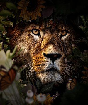 Een leeuw kijkend door de bloemen van Bert Hooijer
