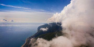 vol près du mur des nuages, vol libre. Mur de nuages, ciel et mer bleus. vol en parapente sur Michael Semenov