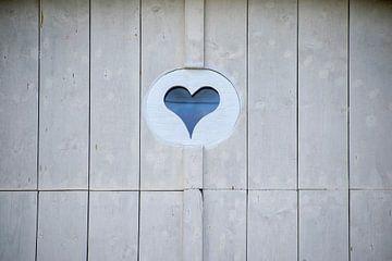 Herz in französischer Holztür von Eline Bouwman