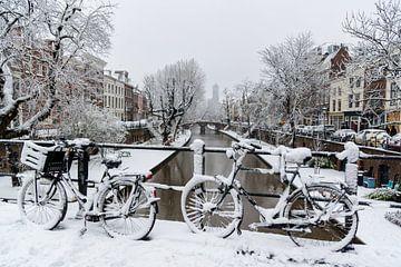 Sneeuw op de Oudegracht in Utrecht. van Margreet van Beusichem