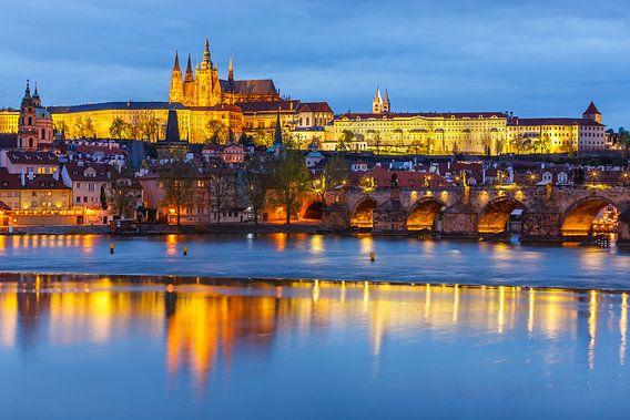 Prague Castle and Charles Bridge at sunset van Henk Meijer Photography