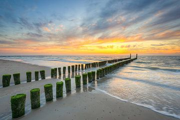 Liezen op het strand in Domburg van Michael Valjak
