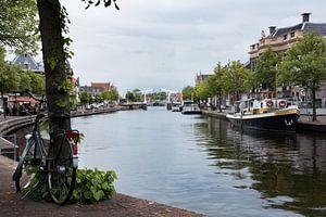Haarlem: het Spaarne met zicht op Gravestenenbrug van