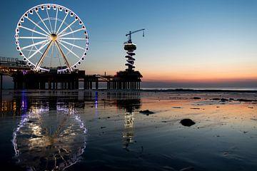 Zonsondergang aan de kust van Scheveningen met uitzicht op het reuzenrad von Jolien Kramer