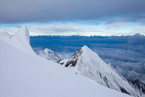 Berglandschap met bergbeklimmers in de Alpen, Dôme du Goûter, Mont Blanc, Frankrijk van Frank Peters