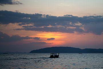 Thailand - Zonsondergang voor Krabi van t.ART