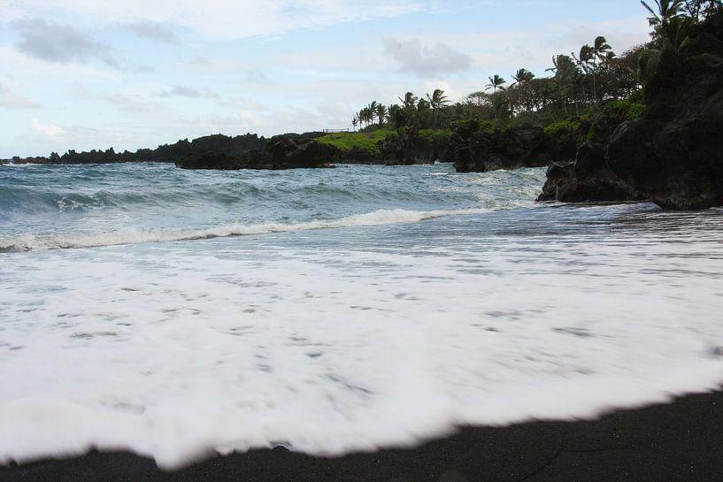 Zwart zand strand Hawaii van Louise Poortvliet