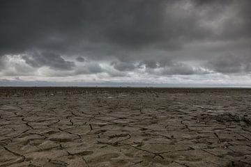 Ciel menaçant au-dessus de la mer des Wadden à marée basse près de Moddergat sur Patrick Verhoef
