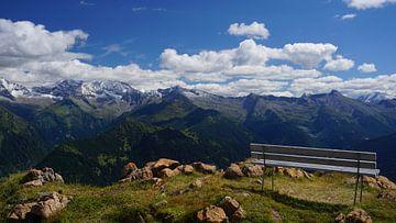 Eine Bank zwischen drei Jahreszeiten in Tirol (Österreich) von Kelly Alblas