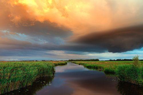 Oranje wolkenlucht in De Onlanden Drenthe Nederland