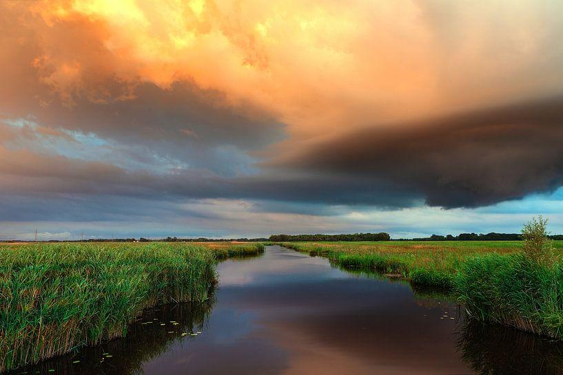 Oranje wolkenlucht in De Onlanden Drenthe Nederland van R Smallenbroek