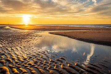 Zonsondergang op het Kijkduinse strand in Den Haag van Claudio Duarte
