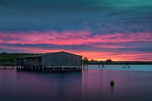 Sonnenaufgang an der Müritz mit Bootshaus von David Mrosek