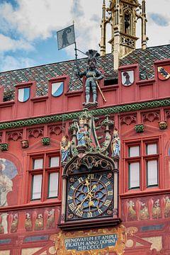 Beeld en klok op Raadhuis van Bazel in Zwitserland van Joost Adriaanse