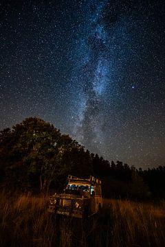 Galaxie über beleuchtetem Land Rover von Leon Okkenburg